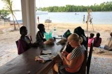 Activité manuelle avec les femmes du Village