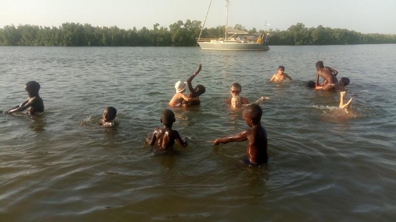 Baignade avec les enfants du village à Ehidj