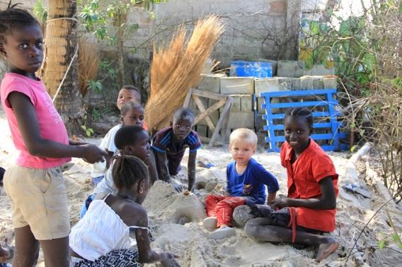Gabin joue avec les enfants